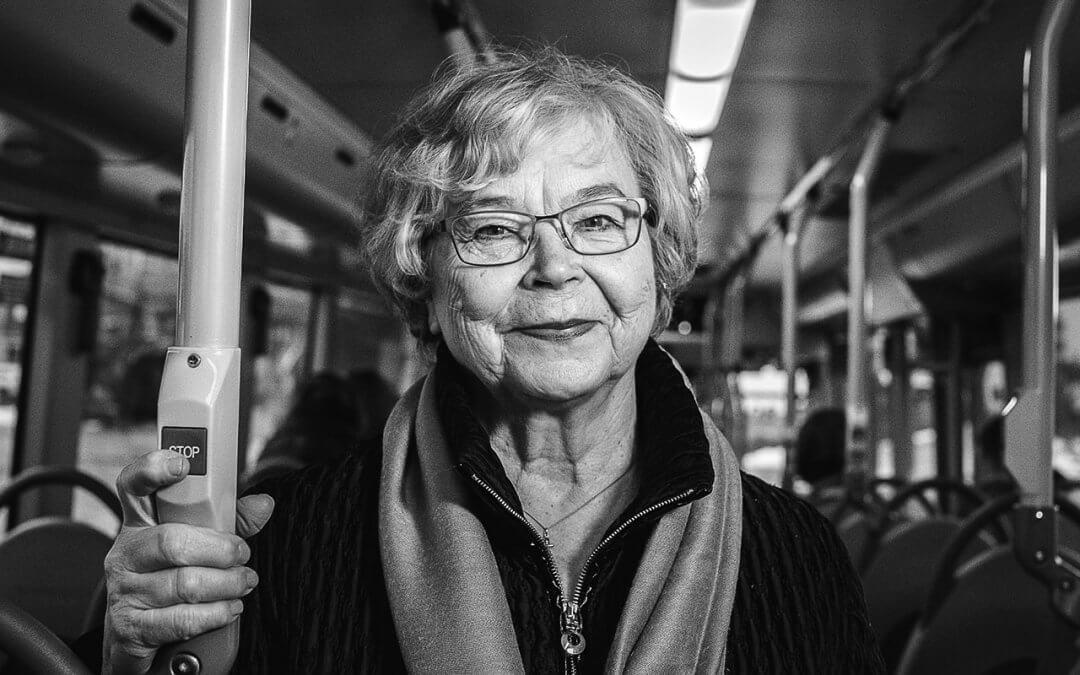 Ikäihmisten hitaus ärsyttää joskus kanssamatkustajia – Tasa-arvoinen kohtelu kuuluu kaikille!
